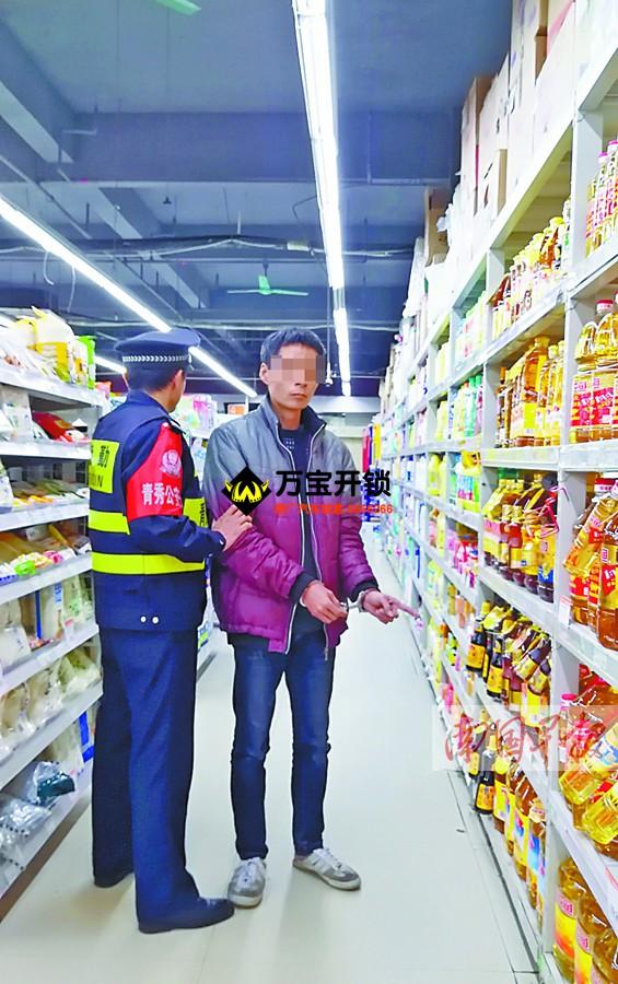 南宁一超市侧门未安装防盗报警器 小偷钻漏洞行窃